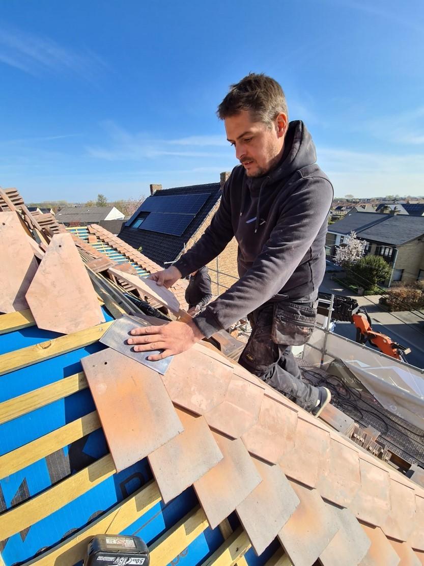 Dakwerker Detailleur legt dakpannen